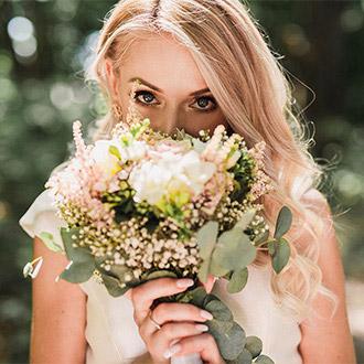fotograf-kosice-svadba-fotenie-nevesta-kvety-oci